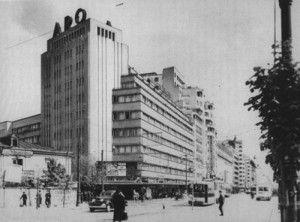 """Este prima cladire comisionata de o firma in noul stil arhitectural. Se face concurs si castiga echipa formata din Horia Creanga, sotia lui,In 1929 ei castiga concursul, dar lucrarile sunt sistate datorita crizei economice. In 1930 se reia proiectul si se construieste """"blocul ARO"""", primul bloc de pe actualul bulevard Magheru, cel care da tonul celorlalte constructii moderniste de aici (blocul Scala, blocul Fraenkel – cazut la cutremur in 1979, etc)."""