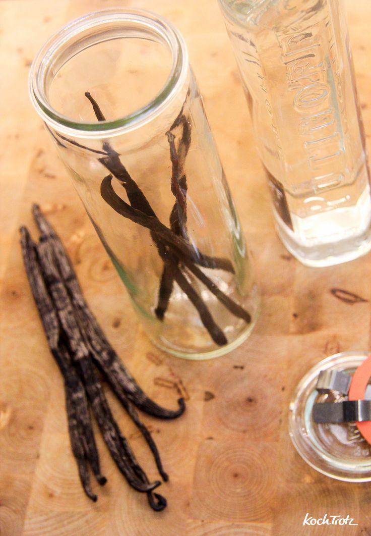 Vanille-Essenz selbst herzustellen ist super easy! Es braucht nur Alkohol und Vanilleschoten :)