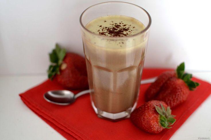 Jaglanybudyń kawowy– jedna z moich ulubionych wersji budyniu jaglanego. Zróbcie w słoiczku i zabierzcie do pracy. Taka porcja energii przyda się w momencie kryzysu:) Wykonanie: Kaszę jaglaną bardzo dokładnie przepłukuję wodą. Zalewam mlekiem roślinnym (naturalnym lub waniliowym)i gotuję około 20 minut (aż kasza będzie bardzo miękka). Dosładzam cukrem/cukrem trzcinowym/ksylitolem lub dowolnym syropem. Blenduję na gładką […]