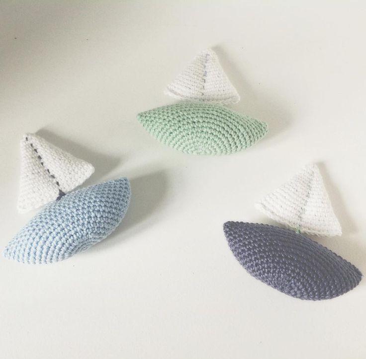 """139 synes godt om, 11 kommentarer – @mormorshaekleliv på Instagram: """"Små skibe⛵️ Opskrift/Pattern ➡️ @trolleungen  #hækle #hæklet #hækling #crochet #crocheting…"""""""