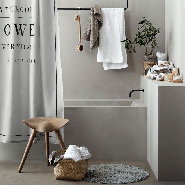 Une salle de bains cosy et épurée grâce à des accessoires aux teintes et aux matières douces et naturelles