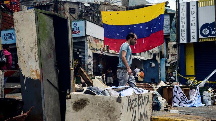 #INTERNATIONAL : TENSIONS - Un candidat à l'Assemblée constituante vénézuélienne a été assassiné par balle chez lui à Ciudad Bolivar, dans le sud-est du pays, dans la nuit de samedi à dimanche. José Felix Pineda, un avocat de 39 ans, était l'un des 6120 citoyens que les électeurs sont appelés à désigner ce dimanche.