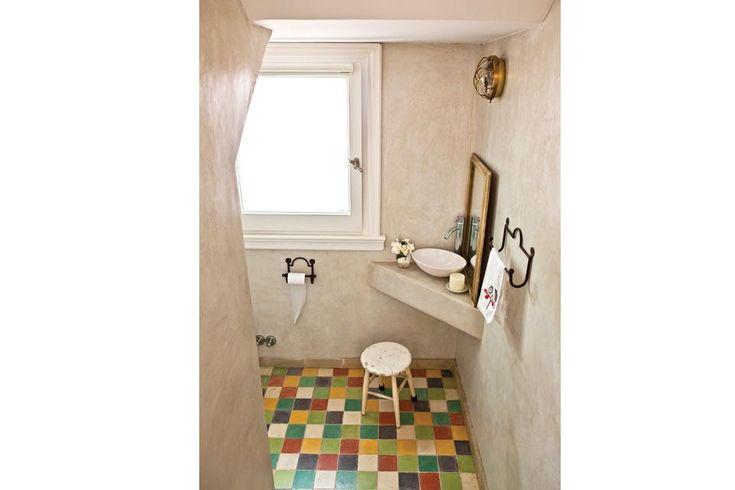 El baño fue revestido con alisado de cemento beige (Juan Ashworth), piso de mosaicos calcáreos 10x10cm multicolores (Giacomozzi), mesada de ...