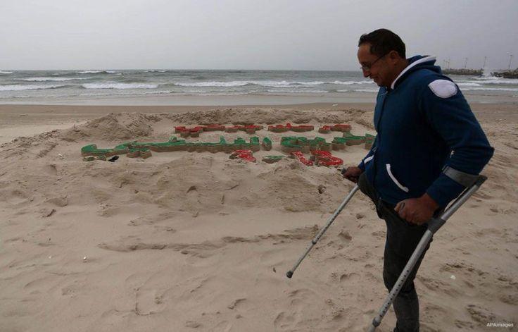 Sejak Intifadhah Pertama 250.000 Warga Palestina Terluka  Seniman Palestina Mohammed Totah dengan kaki yang diamputasi berpose membelakangi pahatan pasir di Kota Gaza 12 Maret 2017. Foto: Ashraf Amra/APAimages  LONDON Rabu (Middle East Monitor): Sekitar 250.000 warga Palestina terluka oleh pasukan Israel sejak Intifadhah Pertama pada 1987 termasuk 110.000 di Jalur Gaza. Demikian ungkap lembaga swadaya masyarakat Palestina Merciful Hands Charity (MHC). Dari jumlah tersebut sekitar 15.000…