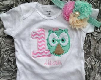 Chevron Aqua y buho rosa caliente cumpleaños camiseta  1er