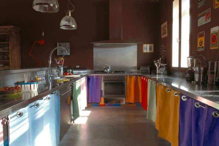 Des rideaux multicolores en guise de portes de placard for Placard cuisine pas cher
