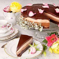 Festlig chokladtårta med två lager mousse och en ljuvlig tryffel på toppen.