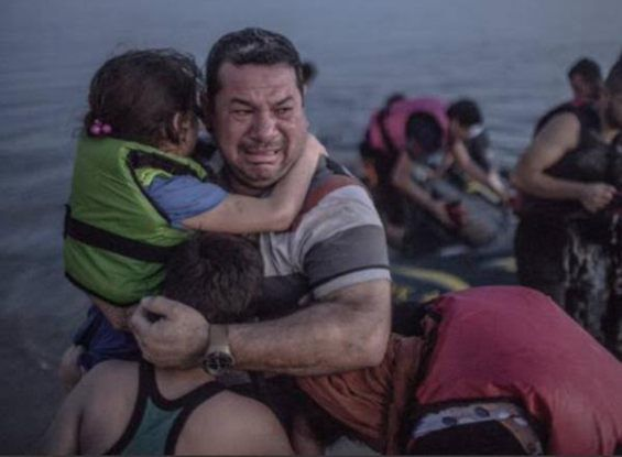 Heartbreaking photo of a Syrian refugee crying while carrying his children to safety goes viral - http://www.thelivefeeds.com/heartbreaking-photo-of-a-syrian-refugee-crying-while-carrying-his-children-to-safety-goes-viral/
