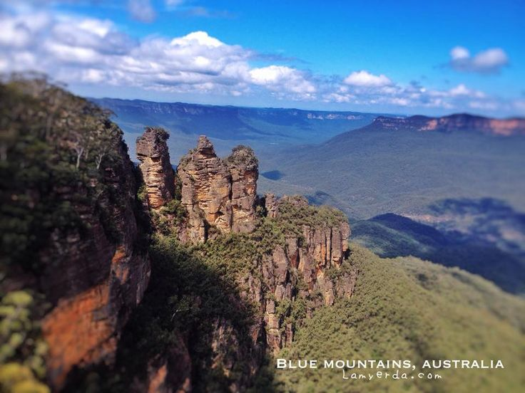 Blue Mountains:  The scenic world, Leura Village and the Three Sisters