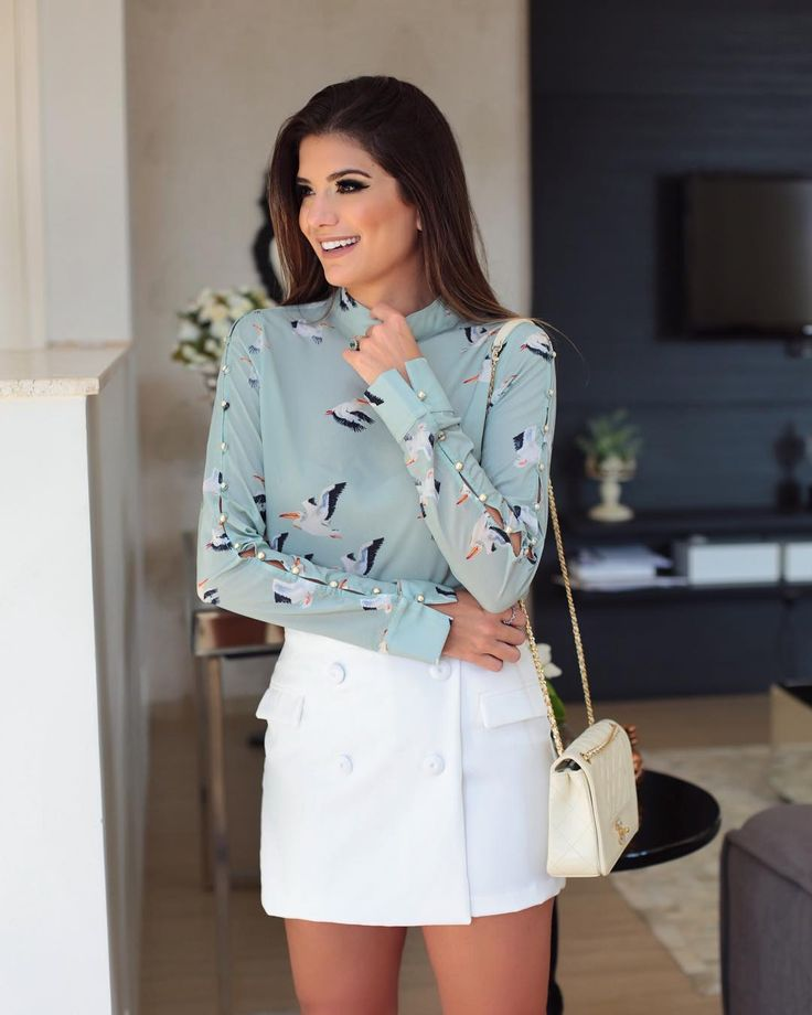 Look @murauoficial ♥️ Camisa estampada com pérolas na manga com short saia branco! #newcollection #blogtrendalert
