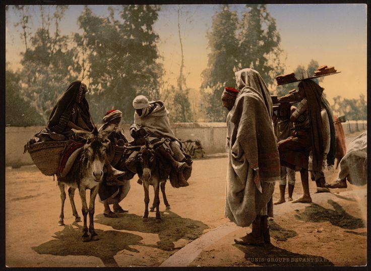 Devant la porte Bab Alioua - http://hkeyetounseya.com/devant-la-porte-bab-alioua/
