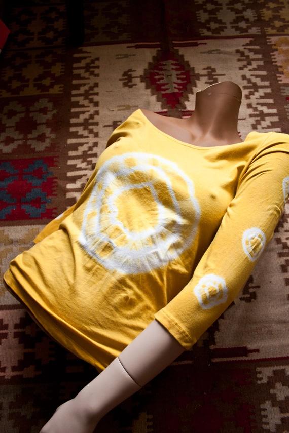 swedish site .  How to colour with spieces hur man batikfärgar med kryddor..gurkmeja!  Soltröjan!