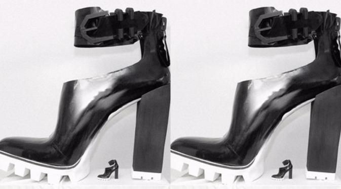 Rekor pembuatan sepatu hak tinggi terbesar di dunia berhasil dipecahkan oleh desainer Kenneth Cole.