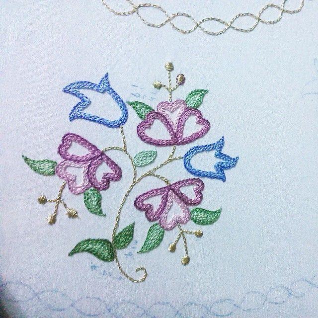 """#elişi #zincir #zincirişi #nakış #pembe #pink #mavi #blue #çiçek #flowers #leaf #yaprak #yeşil#green #yellow #embroidery#art"""