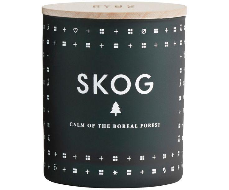 Mit der Duftkerze Skog mit der frischen Duftnote aus Piniennadeln verwöhnen Sie Ihre Sinne! Entdecken Sie weitere Produkte für angenehmen Duft von SKANDINAVISK bei >> WestwingNow.