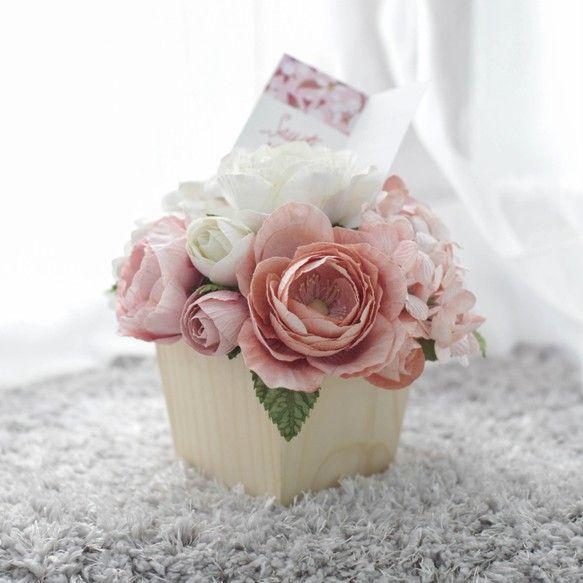 """■説明""""ワーキングテーブルフラワーポット""""繁栄と創造のための良い雰囲気を作りなさい!職場で幸せで効率的な方法は? - あなたの作業テーブルを飾るあなたが選ぶことのできるすべての色の花。あなたはピンクや青が好きですか、またはあなたの黄道帯はそう言います!■素材:手作り紙■パーフェクト:作業テーブルを飾る■サイズ- 容器の大きさ:幅10.0cm、高さ8.0cm- 花のサイズの容器:幅13.0、高さ14.0 cm 5 """"x 5.5""""■含まれる- 松の木製ポット1cmの厚さのマット、自然な色- Floriology(花の意味)内部にハングタグ(花のデザインによって23の異なる意味があります。あなたの受取人にとって正しい意味を選んで楽しんでください!)- 内部の香り。香りがなくなると、自分の香りを使って花の中心を埋めることができますまたは、あなたが私たちの味が好きであれば、「Posie Signature Scent」を当店で購入することができます* 私たちに関してはPosie Flowersはデザイナーや手芸のスタッフがいる小さな工芸スタジオです..."""