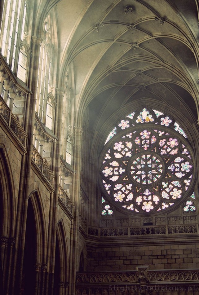 I wnętrze katedry - #Praga, #Prag, #Praha. Prawda, że cudowne światło?  #SlightlyDelicious