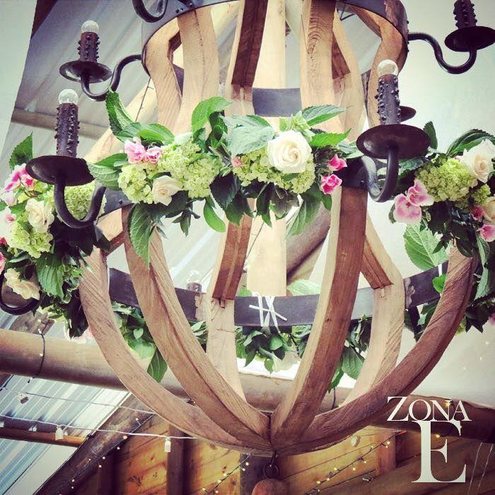 Gracias a @floresdeabril por darle este toque espectacular a nuestra lámpara, para la boda de Bechy y Nico #UnAmorParaSiempre en #ZonaELlanogrande #Naturaleza  #Verde #Campo  #BodasAlAireLibre #BodasCampestres #Evetos #Picnic #Happy #Love- Img @cuacdigital