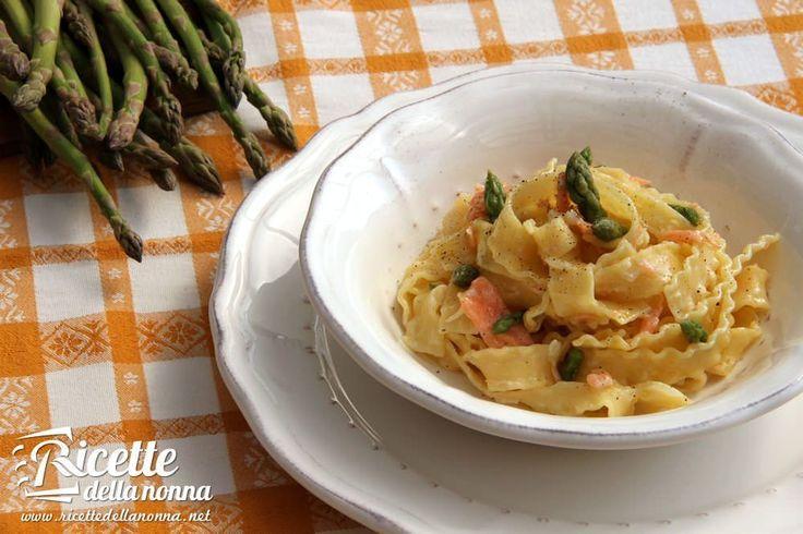 La pasta con salmone e asparagi rappresenta un ottimo primo in cui tutti i sapori degli ingredienti si amalgamano ottimamente con la panna che li lega e rende la preparazione morbida e vellutata.