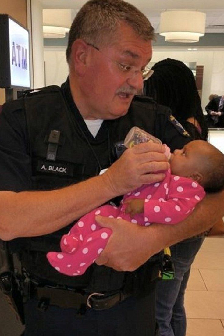 Heartwarming Photo Of Police Officer Feeding Baby While Mum Recovers From Seizure Goes Viral