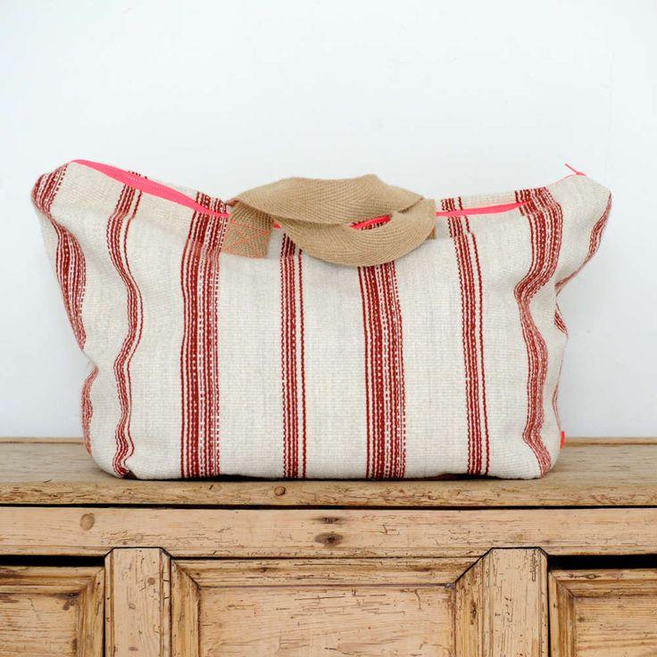Allwelove. Maleta mediana con lana, algodón y lino, a rayas rojas.