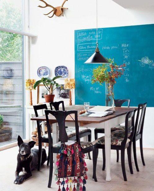 Una riquadro della parete in sala pranzo trattato con vernice lavagna, dona colore ne vivacità all'ambiente #rifarecasa #maistatocosifacile grazie a #designbox & #designcard #idfsrl per una casa #hidesignlowbudget*
