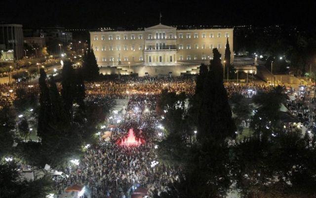 """Grecia, vince il """"NO"""" al referendum Vince il """"NO"""" al referendum greco sulle condizione poste dal piano di salvataggio della Troika. """"Adesso serve un accordo per uscire dall'austerity. Abbiamo dimostrato che la democrazia non può essere #grecia #euro #tsipras #greekreferendum"""