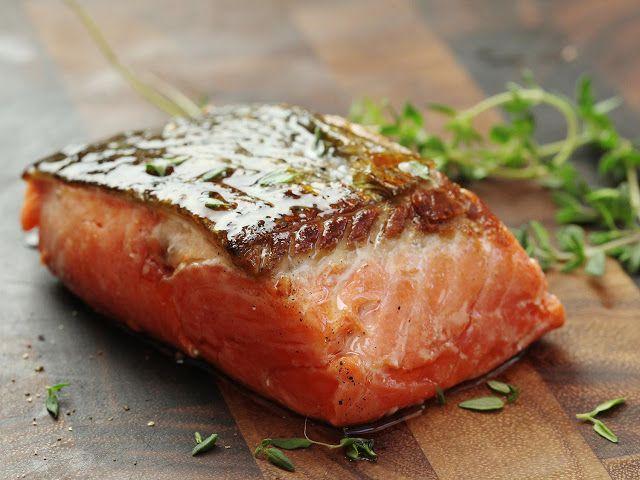 La controversia acerca del salmón Una opción saludable y sustentable?     Es recomendable comer pescado? Sí el pescado provee nutrientes esenciales y es fuente de proteínas vitaminas minerales y ácidos poliinsaturados. Hay dos subclases importantes de ácidos grasos: omega 3 y omega 6. Los aceites vegetales son ricos en ácidos grasos omega 6 y la mayoría de las personas sin saberlo incluyen suficiente cantidad en sus dietas. Por otro lado los ácidos grasos omega 3 que se encuentran en los…