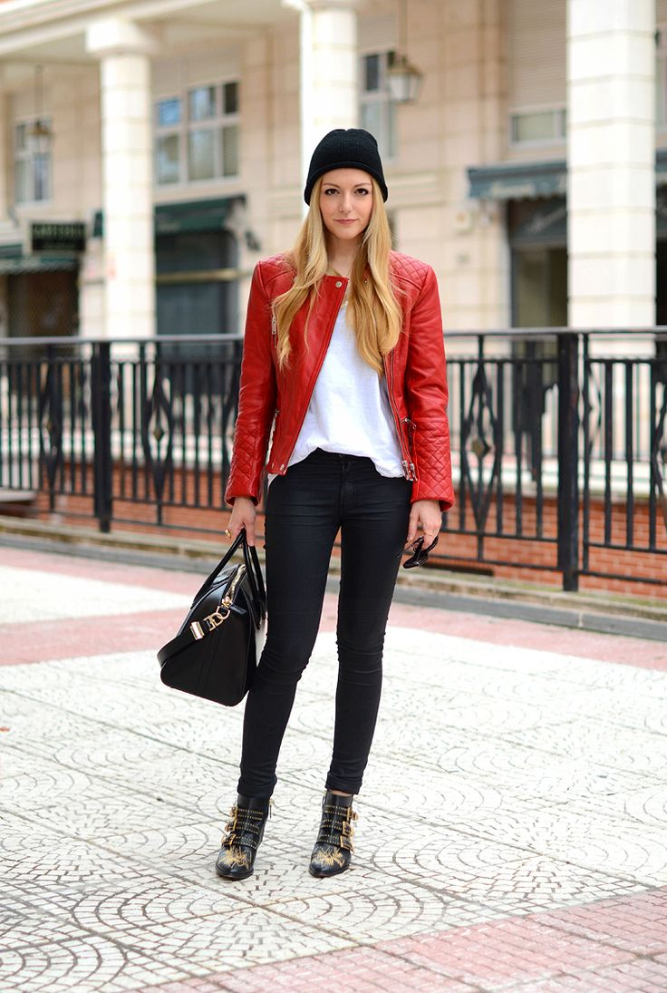 Red leather jacket | chaqueta de piel roja: Zara. T-shirt | camiseta: T by Alexander Wang. Pantalón | pants: The Kooples. Boots | botas: Chloé Susanna. Purse | bolso: Givenchy Antigona.