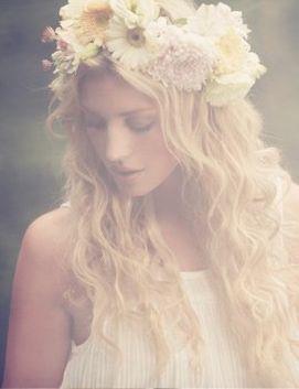 Denna hår uppsättningen med krans är magisk! En midsommar uppsättning på sitt bröllop!