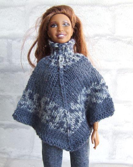 Poncho gebreid van blauwe wol in meerdere tinten. De poncho kan aan twee kanten…