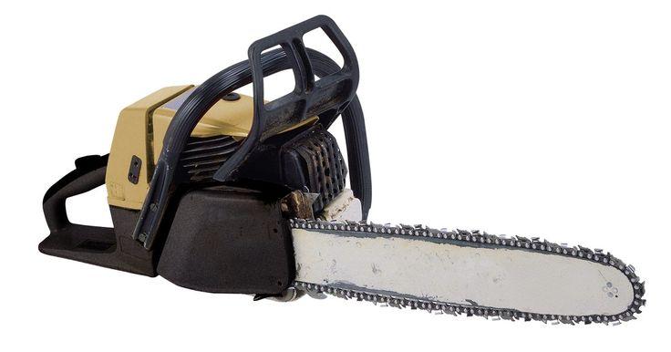 Cómo reparar la cadena de una motosierra. Las motosierras son una gran herramienta para muchas tareas. Ya sea que quieras cortar la maleza del patio, o cortar un árbol entero, la motosierra es la herramienta adecuada. Sin embargo, a veces puedes forzar de más la herramienta. Cuando esto sucede, tendrás que reparar la cadena. Por suerte, muchas motosierras vienen con cadenas que son ...