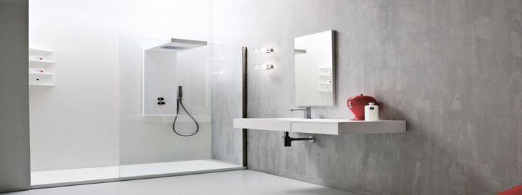 Baño simple con plato de ducha rectangular y mampara de una hoja transparente.
