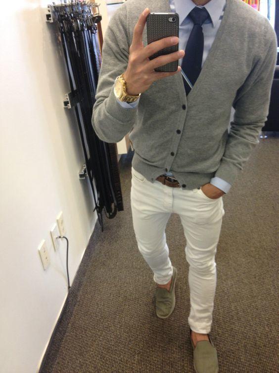 Acheter la tenue sur Lookastic: https://lookastic.fr/mode-homme/tenues/cardigan-chemise-de-ville-jean/21129   — Chemise de ville bleue claire  — Cravate bleu marine  — Montre doré  — Cardigan gris  — Ceinture en cuir brun foncé  — Jean blanc  — Baskets à