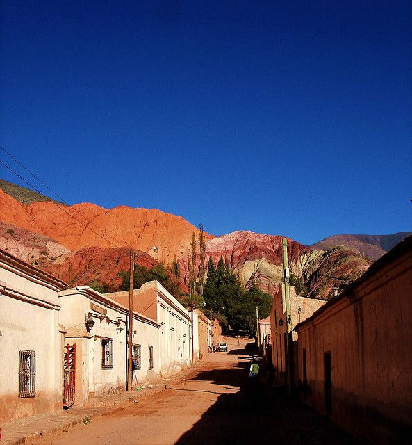 """Purmamarca, Jujuy, Argentina.El pueblo de Purmamarca, (en lengua aimara purma significa desierto y marca ciudad, literalmente """"ciudad del desierto"""" , pero desierto en dicha lengua significa también la tierra inculta, no tocada por la mano humana, de allí que la traducción más adecuada en esta lengua sea """"pueblo de la Tierra Virgen""""1 y en quechua """"pueblo del león""""), aunque estos topónimos extranjeros parecen ocultar un topónimo autóctono de la etnia omaguaca."""