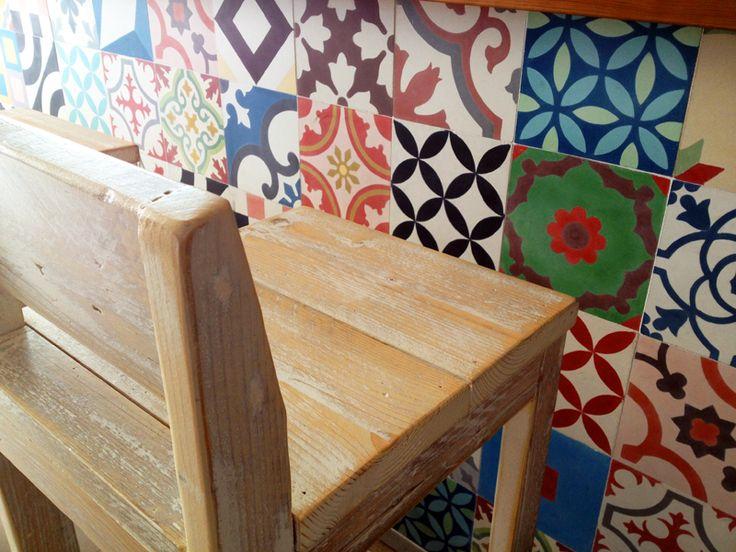 Frontal de la barra de un bar con patchwork de suelo hidráulico de nuestro catálogo de stock con baldosas Mod. 104-A, 123-A, 123-B, 123-C, 126-B y otras muchas.