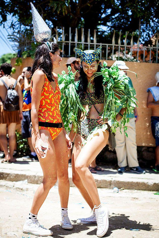 Os bodys  estampados são um aliado perfeito pro carnaval: fresquinhos e temáticos. As meninas misturaram com acessórios de cabeça, plumas e tênis para garantir o conforto.