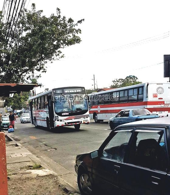 E un apoyo medio pasivo, como que si y como que no. (Benjamín Núñez Vega)  iUrgente: Autobuseros se suman a manifestación de taxistas http://www.laprensalibre.cr/Noticias/detalle/79875/urgente:-autobuseros-se-suman-a-manifestacion-de-taxistas