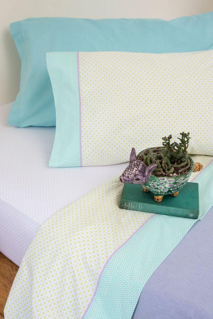 SELBY. Una línea para subrayar: Tejidas en 180 hilos de puro algodón, las sábanas de arriba tienen un vivo de color que contrasta con los motivos delicados de la tela, componiendo un dibujo sin estridencias.