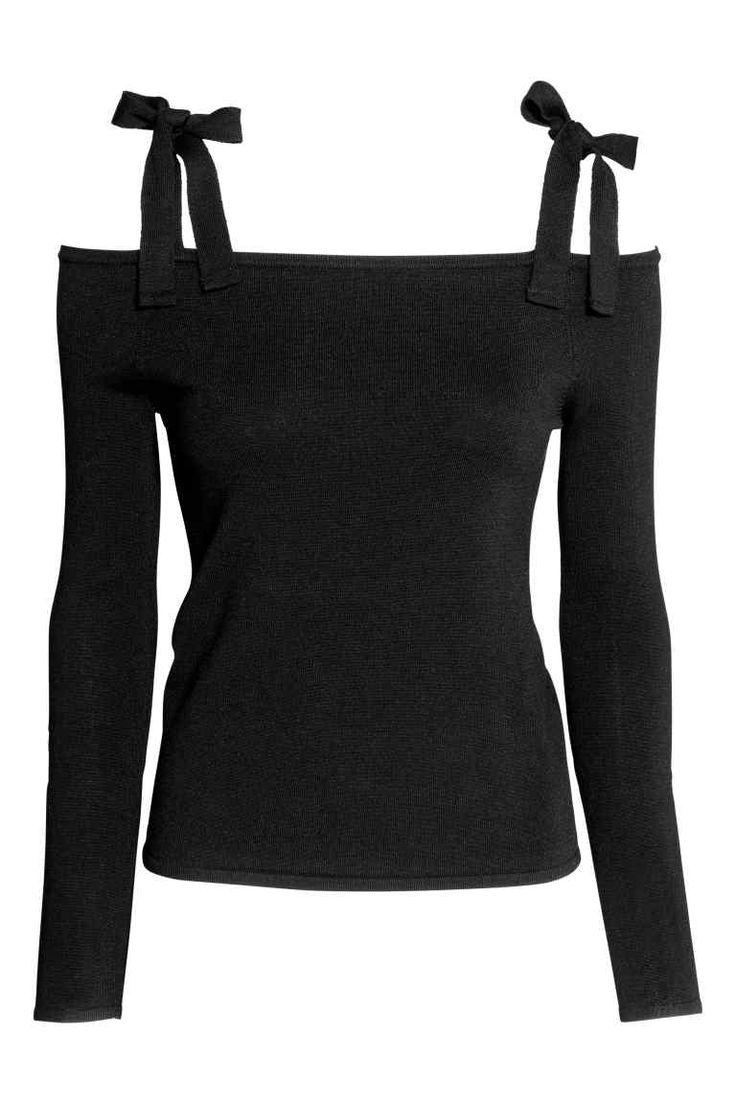 Top cold shoulder: Cienki top z miękkiej mieszanki zawierającej wiskozę. Odkryte ramiona z szerokimi paskami do wiązania. Długi rękaw.