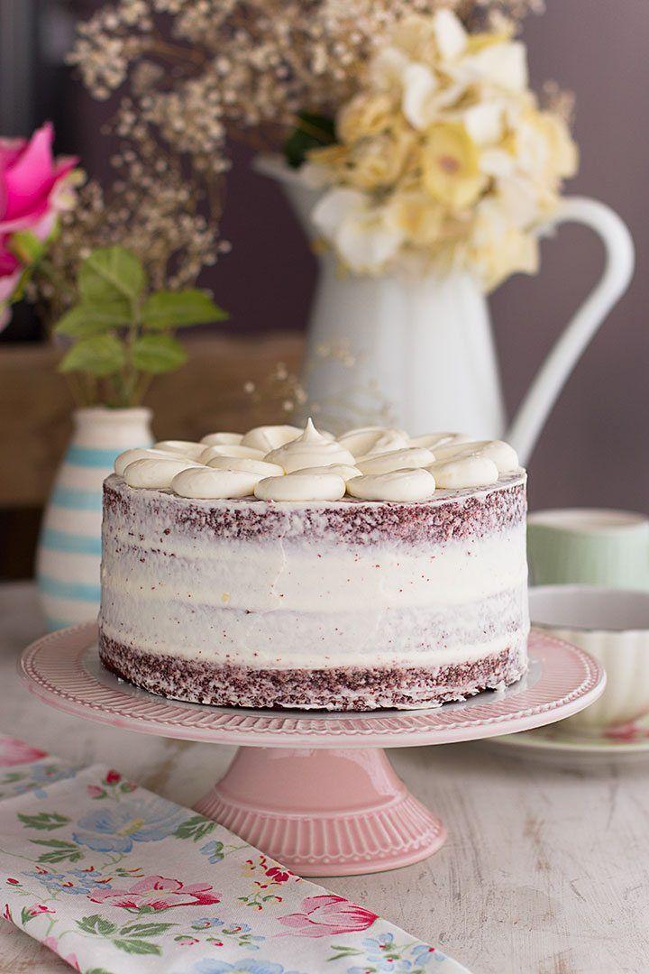 La mejor Tarta Red Velvet del mundo, con textura aterciopelada y deliciosa y esponjosa crema de queso en su interior. Descubre mi mejor receta.