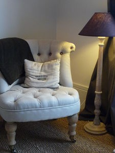 Coin cosy, une lampe, un fauteuil ...Le Bonheur !