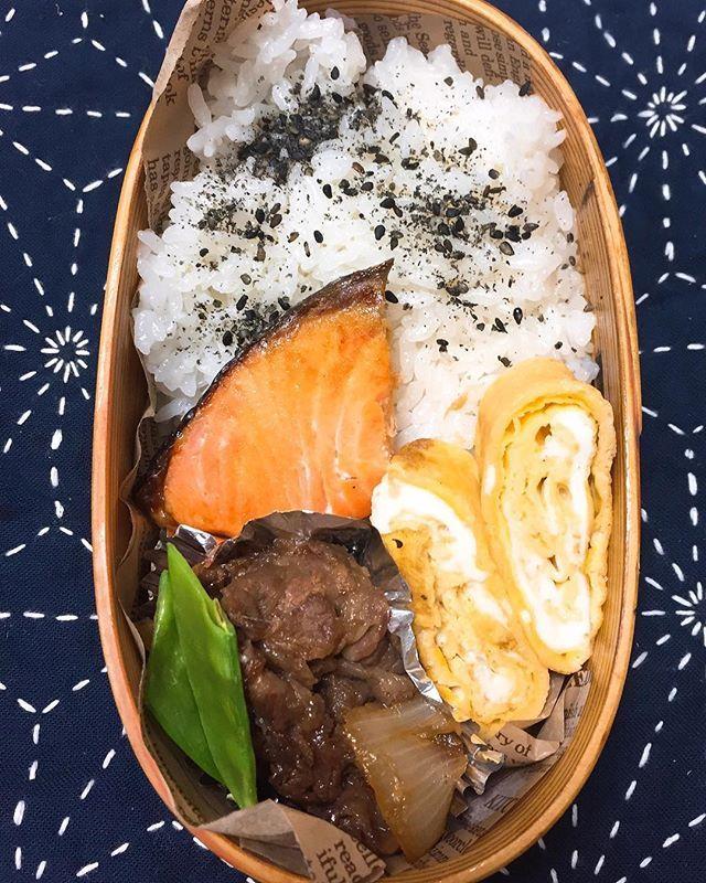 12.5  鮭弁当。牛肉と玉ねぎの煮物。年末まで全力疾走するつもりがやはりキャパオーバー😭昨夜は仕事フラフラで帰りご飯も食べずに寝落ちマシタ😭若くないんだから無理は禁物だわ。仕事忙しいから家のことも気になるけど仕事に集中しないと仕方ないね。  #obentou#bentou#obento#bento#ランチ#lunch#らんち#lunchbox#昼ご飯#ひるごはん#ヒルゴハン#昼メシ#お弁当作りを楽しもう部#地味弁#地味弁当#鮭#鮭弁当#シャケ弁#フツーの弁当#普通弁当#お弁当#弁当#わっぱ弁当 #曲げわっぱ#キャパオーバー#牛すき煮#刺し子#刺し子ふきん#麻の葉#和弁当