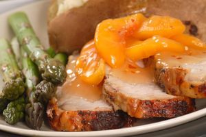 Lomo de cerdo con melocotones, una combinación deliciosa | A vueltas con el microondas