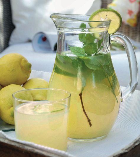 """Bei erfrischenden Drinks darf Minze nicht fehlen – ob in Zitronenlimonade (Foto) oder dem legendären """"Hugo"""" (Prosecco mit Holundersirup, Limettensaft, Marokkanischer Minze, Mineralwasser, Eiswürfel)"""