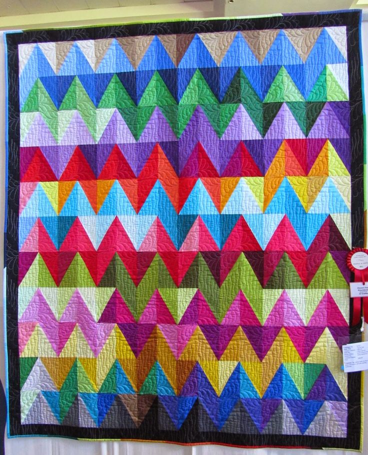 Zigs and Zags by Helen Harford. Photo by Deb's Doodlings. 2014 Auckland (NZ) Festival of Quilts.