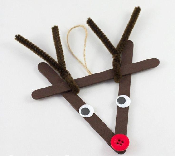 renne du père Noël pendentif à faire soi-même en bâtonnets de bois marron, nez en bouton rouge et bois de renne en nettoie-pipes