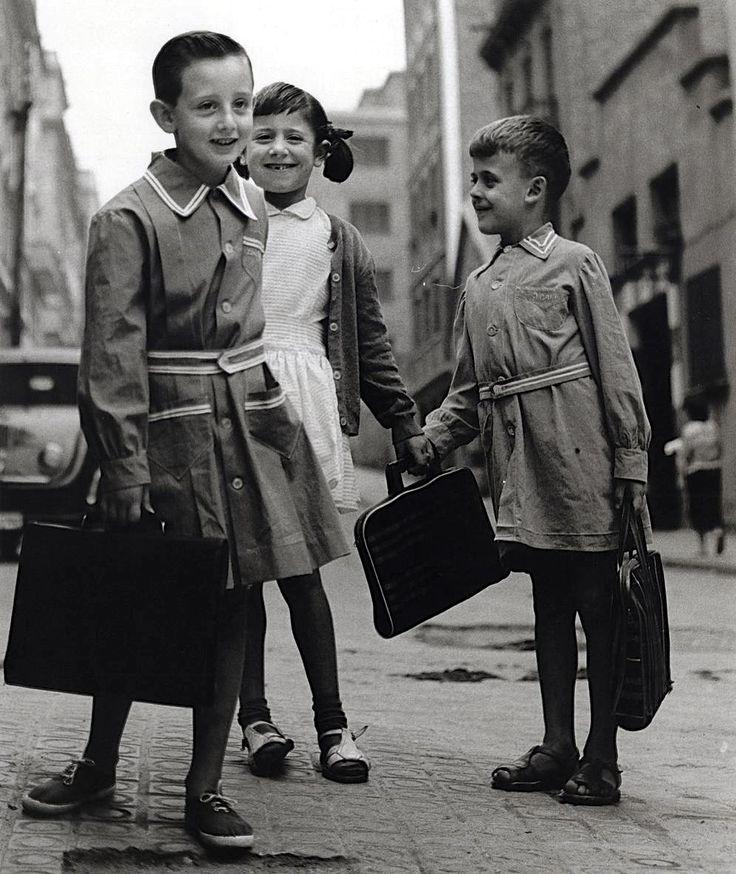 Les bates del cole. 1961. Barcelona. Catalunya. Espanya.