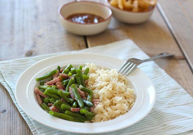 Zin in een lekker en simpel rijstgerecht dat ook nog eens snel op tafel staat? Probeer dan eens dit rijstgerecht met sperziebonen, saté en spekreepjes.