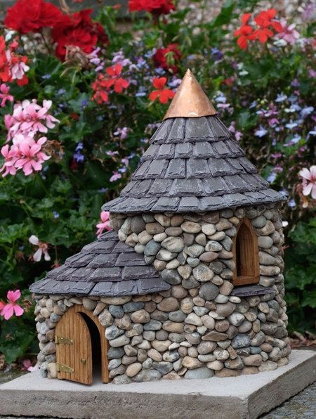 Rumah batu seperti rumah kurcaci di tengah taman